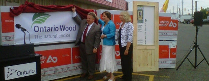 Minister Gravelle unveils Ontario Wood logo