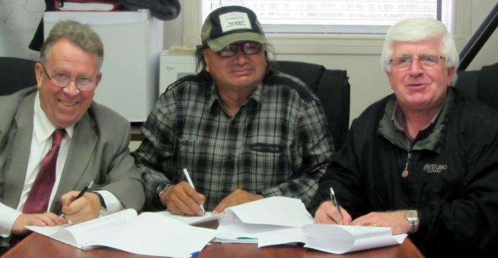 M. Michael Gravelle, ministre des Richesses naturelles (gauche), et M. Rick Bartolucci, ministre du Développement du Nord et des Mines (droite), se sont rendus à la Première Nation de Marten Falls pour se réunir avec le chef Eli Moonias et signer un protocole d'entente qui appuie l'exploitation responsable dans le Cercle de feu.
