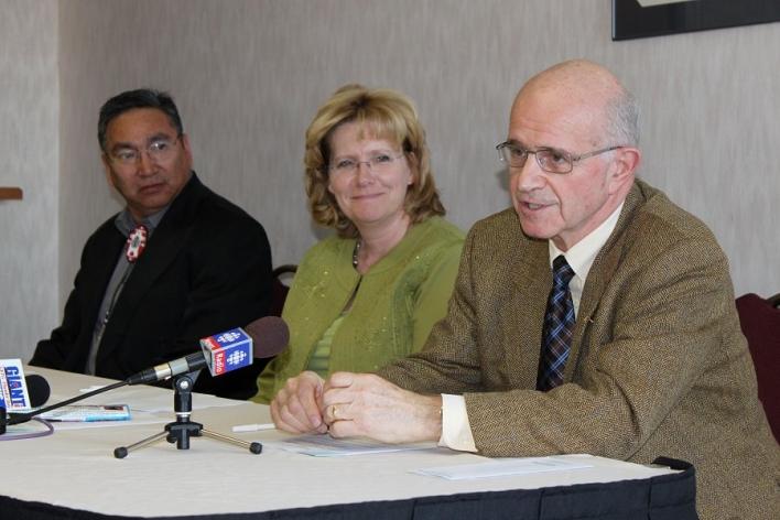Le chef de la Première nation Grassy Narrows, Simon Fobister, la ministre des Richesses naturelles, Linda Jeffrey, et l'ancien juge de la Cour suprême, Frank Iacobucci