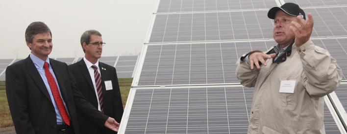 Chris Bentley,ministre de l'Énergie,  visite le parc solaire Stardale, d'Innergex à Hawkesbury Est