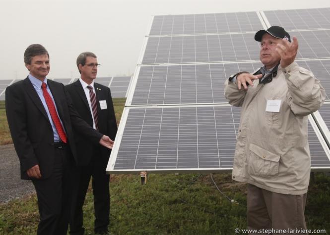 Chris Bentley, ministre de l'Énergie,  visite le parc solaire Stardale, d'Innergex à Hawkesbury Est