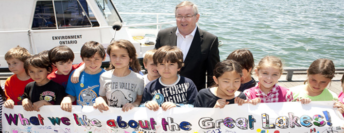 Minister Jim Bradley with students from Toronto Island Public Natural Science School.