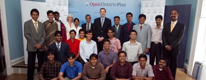 Le ministre John Milloy, en compagnie de Lorna Jean Edmonds, adjointe au vice-recteur, Relations internationales à l'Université de Toronto,  d'Arvind Gupta, directeur général et directeur scientifique de MITACS, et d'un groupe d'étudiants participant au programme Globalink de MITACS.