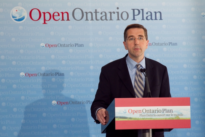 Le ministre John Milloy annonce le financement provincial au programme Globalink de MITACS.