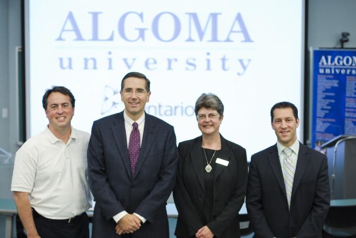 Le ministre Milloy en compagnie de Brady Irwin, président du bureau des gouverneurs de l'Université Algoma, de Celia Ross, rectrice de l'Université Algoma et de David Orazietti, député de Sault Ste. Marie.
