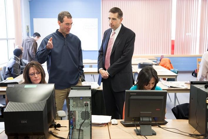 Le ministre John Milloy visite la salle du programme de formation aux compétences essentielles en compagnie de l'enseignant en alphabétisation, Wayne Miedema.