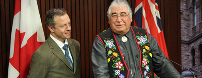 Le président de la Métis Nation of Ontario, Tony Belcourt (à droite), et le ministre des Affaires autochtones de l'Ontario, Michael Bryant, à Queen's Park.