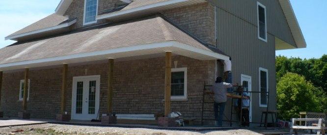 La Société de gestion du Fonds du patrimoine du Nord de l'Ontario a accordé 50 000 $ au canton de Central Manitoulin pour qu'il fasse construire un centre d'accueil adjacent au musée des pionniers sur la route 551. Le centre sera doté d'une boutique de cadeaux, d'un kiosque d'information, des bureaux de la Chambre de commerce de Manitoulin, de toilettes publiques accessibles en fauteuil roulant et d'une aire climatisée d'exposition d'objets façonnés. Des travailleurs terminent la construction du centre.