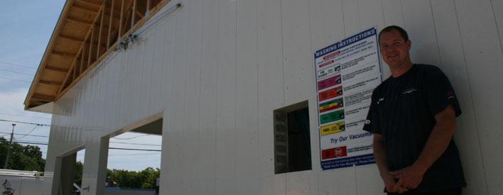 Wayne Legge, entrepreneur sur l'île Manitoulin, est debout devant son lave-auto Rub and Scrub à Mindemoya. La Société de gestion du Fonds du patrimoine du Nord de l'Ontrio (SGFPNO) a investi 25 000 $ dans le cadre du Programme des jeunes entrepreneurs pour établir le premier lave-auto Rub and Scrub à Little Current. Par suite de son succès, Wayne Legge a établi un deuxième lave-auto Rub and Scrub à Mindemoya.