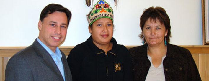 Brad Duguid, ministre des Affaires autochtones, Rochelle Kelly, étudiante, et Diane M. Kelly, grand chef du Grand conseil du Traité no 3 (Ogichidaakwe), dans la Première nation Onigaming