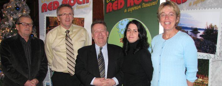 Le mercredi 07 janvier 2009 -- M. Michael Gravelle, ministre du Développement du Nord et des Mines et président de la Société de gestion du Fonds du patrimoine du Nord de l'Ontario (centre), a annoncé l'octroi d'un financement de 415 600 $ au canton de Red Rock pour que celui-ci entreprenne l'expansion de la marina Red Rock Marina. Étaient présents à l'occasion de l'annonce (de gauche à droite) : M. Gary Nelson, conseiller municipal; M. Sam Sobush, maire; Mme Sara Park, conseillère municipale; et Mme Leslee Fredericks, agente de développement communautaire.