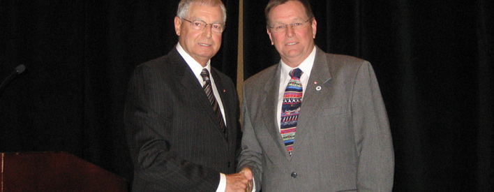 District Municipality of Muskoka Chair Gord Adams (right) receives Long-standing Service Award from Parliamentary Assistant Mario Sergio at the 2009 Central Ontario Municipal Symposium.